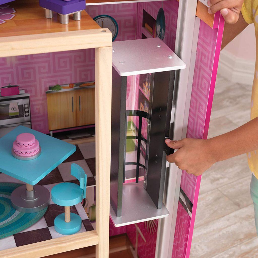 La maison de poupées en bois Uptown possède un ascenseur manuel.