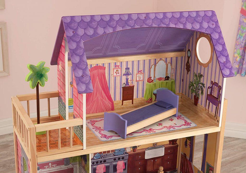 Le dernier étage de la maison Kidkraft Kayla comporte une chambre avec terrasse.
