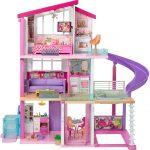 La maison Barbie Dreamhouse dispose d'un toboggan.