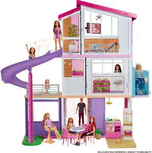 La maison de Barbie Dreamhouse propose un espace de jeu à 360 degrés.