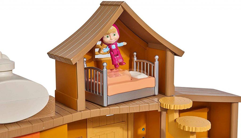 Masha peut bondir sur le lit de la maison de Michka.