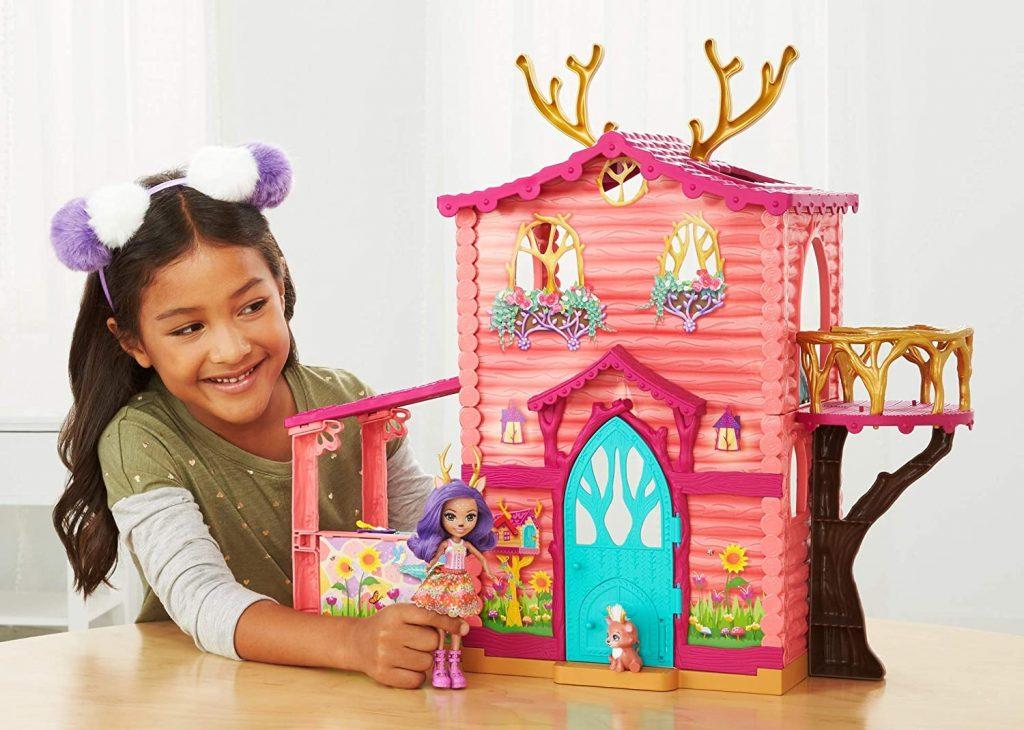 La maison de poupée Danessa Biche est livrée avec une mini-poupée et son animal.