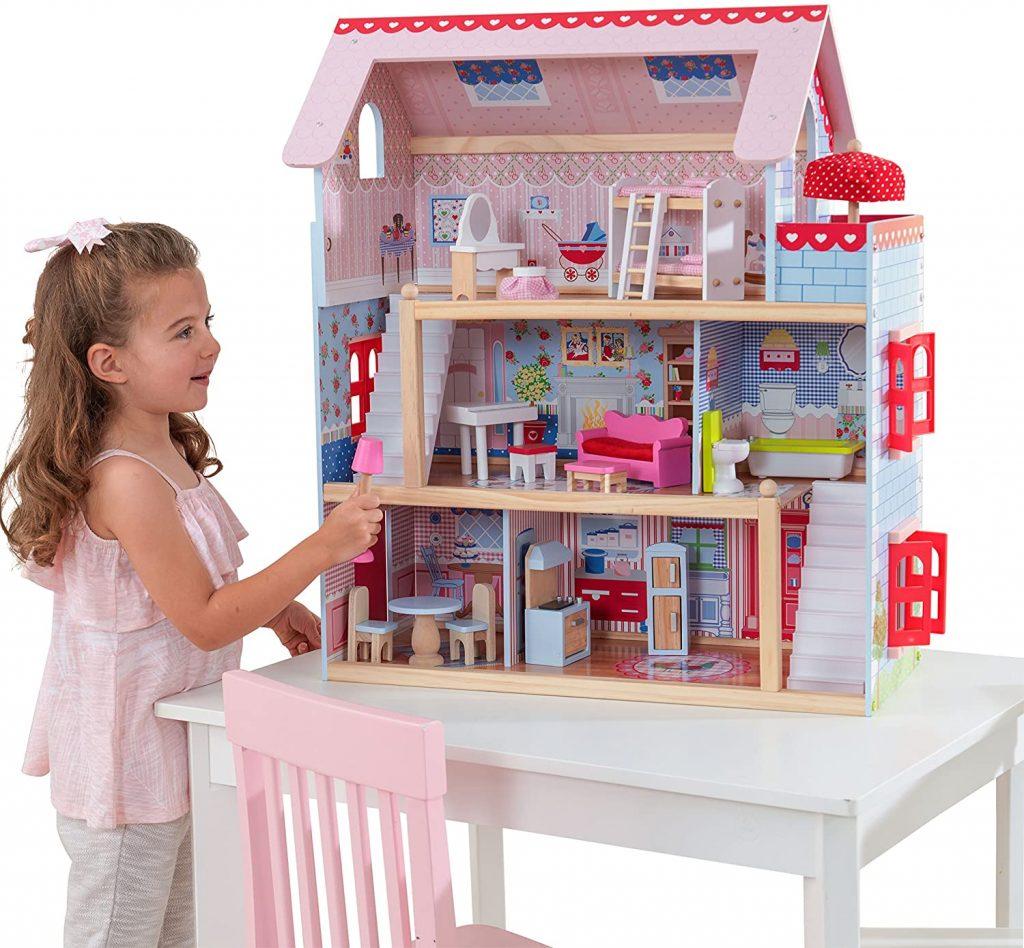 Cette maison de poupées en bois Kidkraft peut accueillir des poupées de 12 cm.