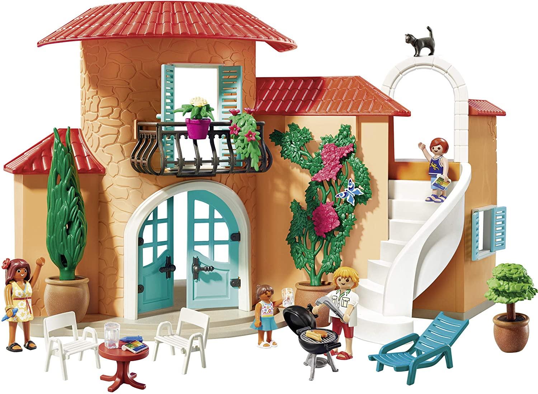La maison de vacances Playmobil a de belles plantes qui décorent sa façade.