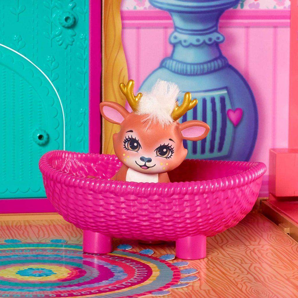 L'animal de compagnie de Danessa Biche a son petit panier dans le salon.