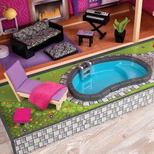 La maison de poupée Uptown possède une piscine.