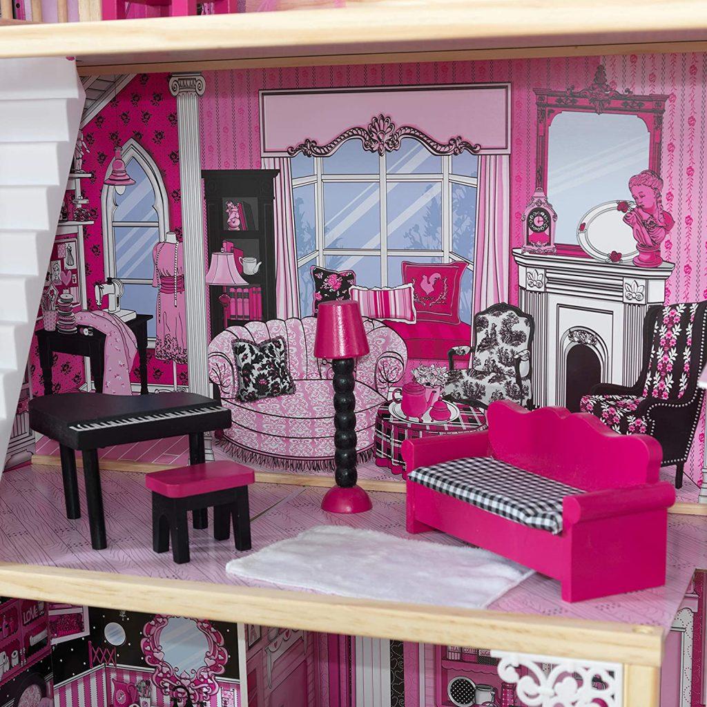 Le salon de la maison de poupées Amelia a un piano.
