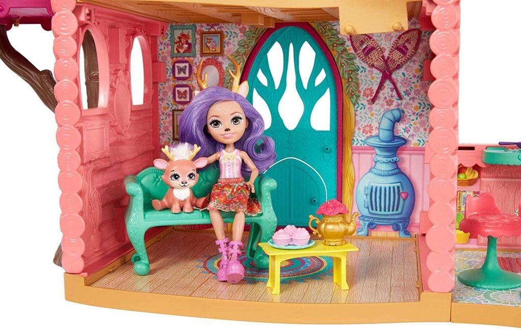 Le salon de la maison Danessa Biche a un canapé et une table basse.