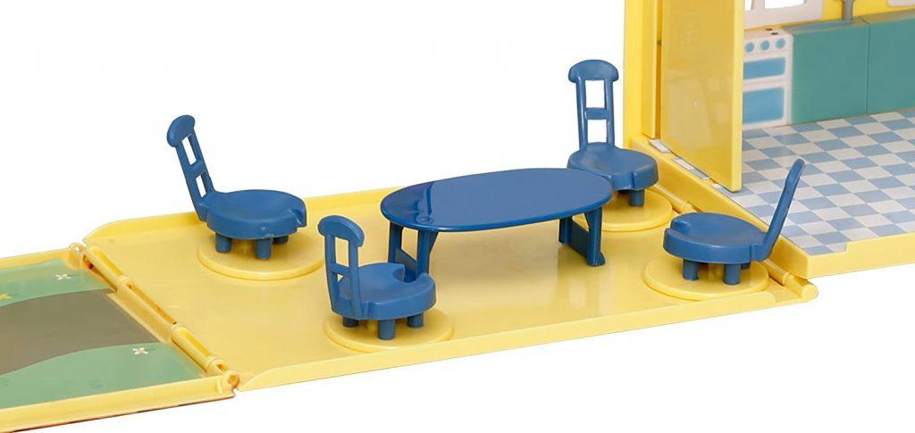 La terrasse de la maison Pig dispose d'une table et de quatre chaises.